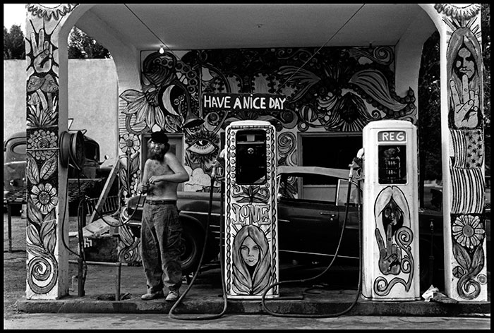 Dennis-Stock_Road-People-Hippie-Gas-Station-USA-1971..jpg